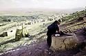 Iran 1974.Camp de réfugiés kurdes à Nelliwan, femme préparant le pain.Iran 1974.Kurdish refugees' camp, a woman cooking bred