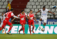 MANIZALES  -COLOMBIA. 19-NOVIEMBRE-2014. Luis Murillo de  Once Caldas disputa el balon con Juan Daniel Roa de Independiente Santa Fe   partido de los cuadrangulares semifinales  fecha 2 de La Liga Postobon 2014- II jugado en el estadio Palogrande . / Luis Murillo of  Once Caldas fights for the ball with Juan Daniel Roa of  Independiente  Santa Fe  Party runs semifinals 2th dated 2014-2 of  Liga Postobon  played in the stadium Palogrande:  VizzorImage / Santiago Osorio / Stringer