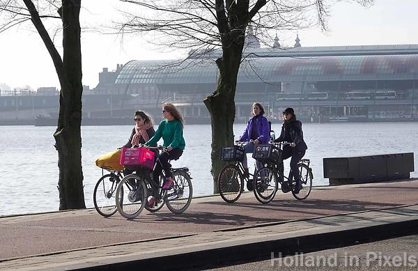 Nederland - Amsterdam - 2019. Amsterdam Noord. Fietsers bij het IJ.   Foto Berlinda van Dam / Hollandse Hoogte