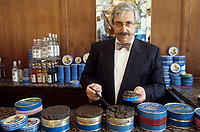"Europe/France/Ile-de-France/Paris : Restaurant ""Petrossian"" 18 boulevard de la Tour Maubourg - Mr Petrossian remplit une boîte de caviar [Non destiné à un usage publicitaire - Not intended for an advertising use]"