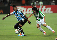 MEDELLIN -COLOMBIA. 02-04-2014. Sherman Cardenas ( Der) de Atletico Nacional  de Colombia disputa el balon contra Wendell  de Gremio de Brasil  durante el partido  de La Copa Bridgestone Libertadores de America   disputado en el estadio Atanasio Girardot / Sherman Cardenas (R)  of Atletico Nacional  of Colombia fights for the ball against  Wendell  of  Gremio de Brasil  during the match  of the Copa Libertadores de America Bridgestone played at Atanasio Girardot   stadium . Photo: VizzorImage / Luis Rios  / Stringer