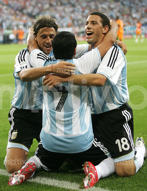 Fussball WM 2006l Gruppenspiel Gruppe C Vorrunde in Hamburg: Argentinien - Elfenbeinkueste, Argentina - Ivory Coast Argentiniens Javier Saviola (M.) jubelt nach seinem Tor zum 2:0 mit Juan Sorin (li.) und Maxi Rodriguez (re.)
