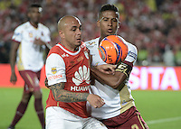 BOGOTÁ -COLOMBIA, 18-12-2016: Omar Perez (L) player of Independiente Santa Fe struggles for the ball with Fainer Torijano (R) player of Deportes Tolima, during a match for the second leg between Independiente Santa Fe and Deportes Tolima, for the final of the Liga Aguila II -2016 at the Nemesio Camacho El Campin Stadium in Bogota city. Photo: VizzorImage/ Gabriel Aponte / Staff