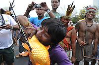 BRASÍLIA, DF - 02.10.2013: PROTESTO/ÍNDIOS/DF - Índios de várias etnias, dançam em frente o Palácio do Itamaraty, em Brasília (DF), nesta quarta-feira. (Foto:Renato Araujo / Brazil Photo Press).