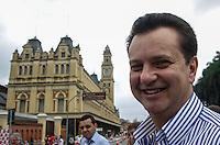 ATENCAO EDITOR FOTO EMBARGADA PARA VEICULO INTERNACIONAL - SAO PAULO, SP, 04 DE NOVEMBRO 2012 - CICLOFAIXA LUZ - Prefeito de Sao Paulo, Gilberto Kassab durante inauguracao da interligação da Ciclofaixa de Lazer Paulista-Centro ao Elevado Costa Silva, o Minhocão, e à Luz, na capital paulista, neste domingo. Com a expansão, o circuito ganha 5 quilômetros, passando de 16,8 para 21,8 quilômetros. O espaço é reservado aos ciclistas das 7h às 16h, nos domingos e feriados. Com a inclusão dos novos caminhos, os ciclistas terão como chegar a pontos turísticos e culturais do centro, como a Estação da Luz, a Sala São Paulo e a Pinacoteca do Estado. FOTO: VANESSA CARVALHO - BRAZIL PHOTO PRESS