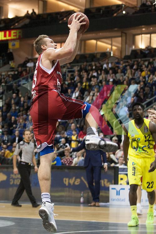 am Ball Bambergs Radosevic <br /> <br /> 12.12.15 BEKO BBL Basketball Bundesliga, ALBA Berlin - Brose Baskets Bamberg <br /> <br /> Foto &copy; PIX-Sportfotos *** Foto ist honorarpflichtig! *** Auf Anfrage in hoeherer Qualitaet/Aufloesung. Belegexemplar erbeten. Veroeffentlichung ausschliesslich fuer journalistisch-publizistische Zwecke. For editorial use only.