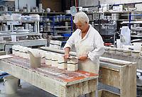 Delft- De Porceleyne Fles (sinds 2008 De Koninklijke Porceleyne Fles, internationaal bekend als Royal Delft) is een aardewerkfabriek, opgericht in het jaar 1653 in Delft en tegenwoordig ook als museum te bezoeken. Er wordt Delfts Blauw aardewerk vervaardigd. Vrouw is bezig met de mallen