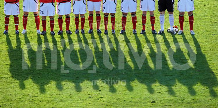 Fussball Frauen FIFA U 17  Weltmeisterschaft 2008    13.11.2008 Halbfinale Deutschland - USA Mannschaftsbild GER bei der Nationalhymne, Schatten, FEATURE