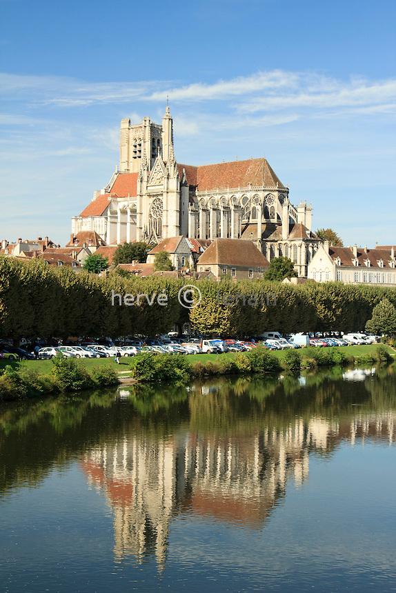 France, Yonne (89), Auxerre, l'Yonne et la cathédrale Saint-Etienne d'Auxerre // France, Yonne, Auxerre, the Yonne (river) and the cathedral St Etienne of Auxerre