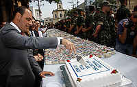 SAO CAETANO DO SUL, 28 DE JULHO 2012 - ANIVERSARIO DE SAO CAETANO DO SUL - O Prefeito José Auricchio Junior corta o bolo em homenagem aos 135 anos da cidade de São Caetano do Sul, na Praça da Matriz, neste sábado. Os militares também se encarregaram de distribuir lanchinhos para os moradores.<br /> FOTO: VANESSA CARVALHO / BRAZIL PHOTO PRESS.
