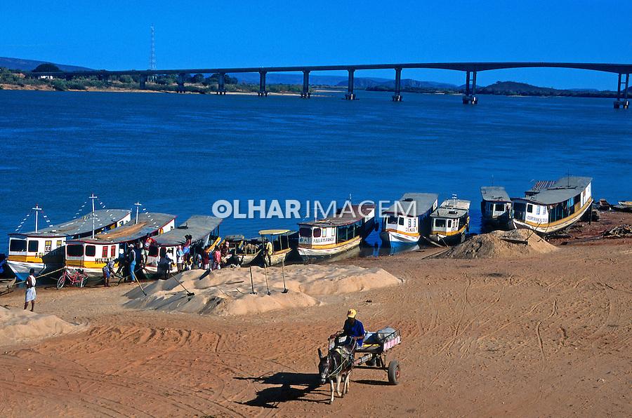 Barcos na margem do rio São Francisco,  Bom Jesus da Lapa. Bahia. 1998. Foto de Adriano Gambarini.