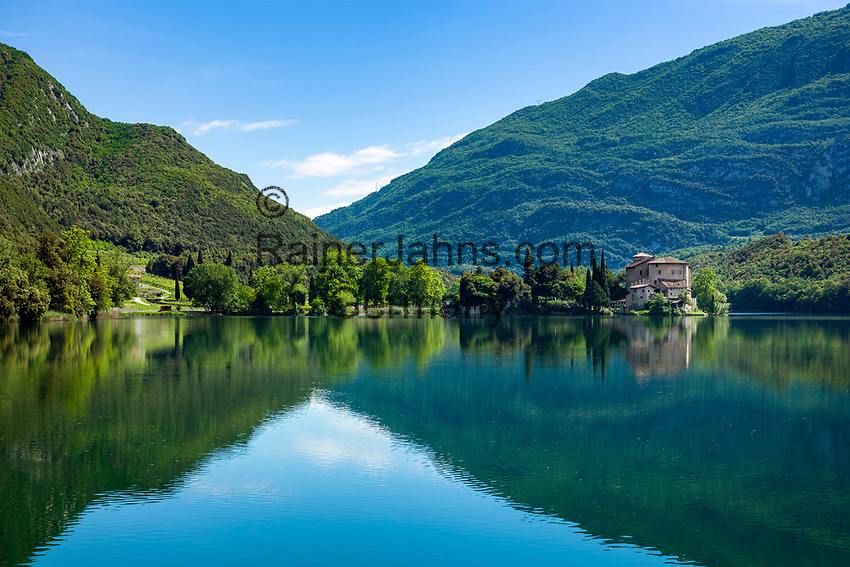 Italy, Trentino - Alto Adige, near Trento: Lake Toblino (Lago di Toblino) with Castle Toblino (today a restaurant) and the Garda Mountains | Italien, Trentino - Alto Adige, bei Trento: der Tobliner See (Lago di Toblino) mit dem Castel Toblino (heute ein Restaurant) auf einer Halbinsel im See gelegen vor den Gardaseebergen
