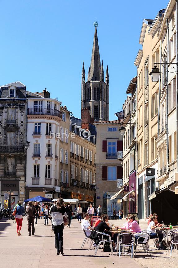 France, Haute-Vienne (87), Limoges, la place des Bancs et le clocher de l'église Saint-Michel // France, Haute Vienne, Limoges, Bancs square