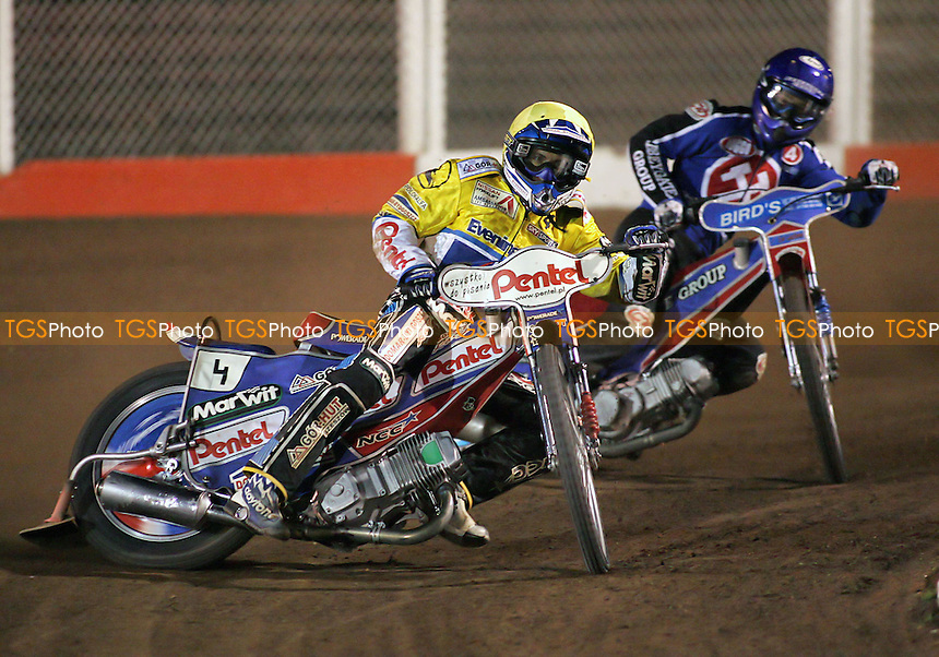 Arena Essex vs Ipswich Witches - Elite League 'A' - 14/04/06 - Heat 3 - Pepe Protasiewicz ahead of Leigh Lanham - (Gavin Ellis 2006)