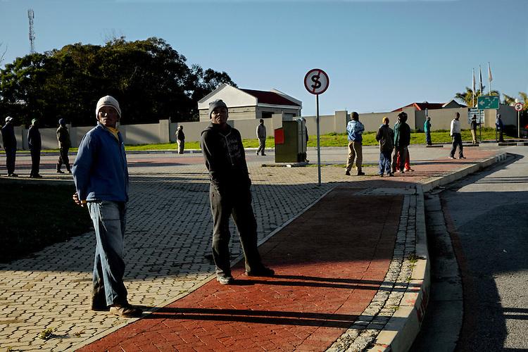 Harry Gruyaert, Afrique du Sud. Pr&egrave;s de la baie de Plettenberg. En attendant du travail. 2012.<br /> -----<br /> Harry Gruyaert, South Africa, near Plettenberg bay. Waiting for work, 2012.