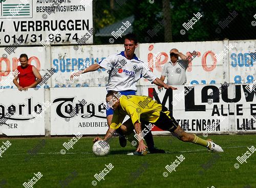 29/04/2007 KFC Lille-KSK Heist : Echarki Abdallah (Lille) in actie voor de Goal van Heist met Jan Hendrickx( Heist)
