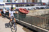 SAO PAULO, SP, 10 MARÇO 2013 -Bombeiros e Policiais Militares procuram no Rio que fica na Av Ricardo Jafet o braco do ciclista que foi atropelado na Av Paulista nesta manha   (FOTO: ADRIANO LIMA / BRAZIL PHOTO PRESS).