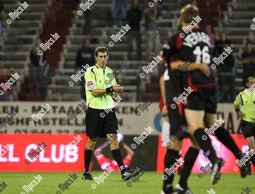 2009-08-29 / Voetbal / seizoen 2009-2010 / Antwerp FC - FC Brussels / Scheidsrechter Simon was de kop van jut..Foto: Maarten Straetemans (SMB)