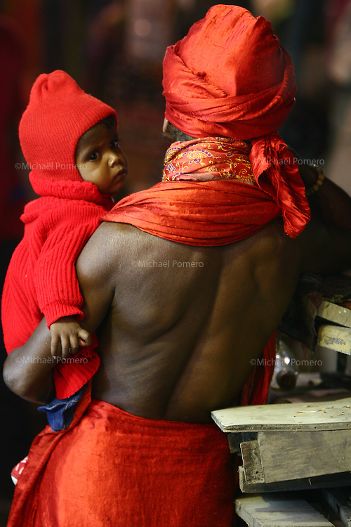 03.11.2007 Varanasi(Uttar Pradesh)<br /> <br /> Man holding a baby in his arms.<br /> <br /> Homme tenant un bébé dans ses bras.