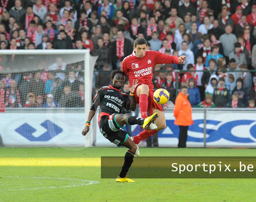 KV Kortrijk - SV Zulte-Waregem..duel tussen Ernest Nfor (links) en Karim ..Belhocine (rechts)..foto VDB / BART VANDENBROUCKE
