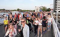 Nederland Zaandam - 2019.   Laatste dag van de Avondvierdaagse. Veel ouders lopen het laatste stuk mee. Brug bij het Eiland.   Foto mag niet in negatieve / schadelijke context gepubliceerd worden. Foto Berlinda van Dam / Hollandse Hoogte