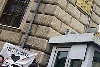 Roma 27 Aprile 2013.Via Genova.Estradato Lander Fernandez.attivista del movimento giovanile basco, rifugiato in italia e agli arresti domiciliari  da più di un anno per  la richiesta di estradizione da parte della Spagna che lo accusa di aver commesso un reato di danneggiamento di un autobus durante una manifestazione a Bilbao nel febbraio 2002. .Amici e compagni sotto la Questura in solidarietà con Lander e contro l'estradizione.