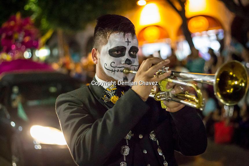 Querétaro, Qro. 1 de noviembre de 2017.- Primer Desfile de Catrinas y Catrines en la capital del estado, en el marco de las celebraciones de la festividad de los fieles difuntos, Todos Santos y Día de Muertos. La organización se vio rebasada en la convocatoria a la que acudieron cientos de personas que de manera espontánea se sumaron a desfile. <br /> <br /> Foto: Demian Chávez