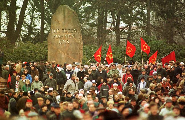 Zum Gedenken an die vor 81 Jahren am 15. Januar 1919 ermordeten Rosa Luxemburg und Karl Liebknecht kamen 80.000 Menschen zur Gedenkstaette der Sozialisten nach Berlin-Friedrichsfelde. Die Veranstaltung wurde von 2.000 Polizisten, darunter etliche Scharfschuetzen, gesichert.<br /> Am Wochenende zuvor wurde das Gedenken von Polizei und Innensenat wegen einer ominoesen Anschlagsdrohung verboten.<br /> Berlin, 15.1.2000<br /> Copyright: Christian-Ditsch.de<br /> [Inhaltsveraendernde Manipulation des Fotos nur nach ausdruecklicher Genehmigung des Fotografen. Vereinbarungen ueber Abtretung von Persoenlichkeitsrechten/Model Release der abgebildeten Person/Personen liegen nicht vor. NO MODEL RELEASE! Nur fuer Redaktionelle Zwecke. Don't publish without copyright Christian-Ditsch.de, Veroeffentlichung nur mit Fotografennennung, sowie gegen Honorar, MwSt. und Beleg. Konto: I N G - D i B a, IBAN DE58500105175400192269, BIC INGDDEFFXXX, Kontakt: post@christian-ditsch.de<br /> Bei der Bearbeitung der Dateiinformationen darf die Urheberkennzeichnung in den EXIF- und  IPTC-Daten nicht entfernt werden, diese sind in digitalen Medien nach &sect;95c UrhG rechtlich gesch&uuml;tzt. Der Urhebervermerk wird gemaess &sect;13 UrhG verlangt.]