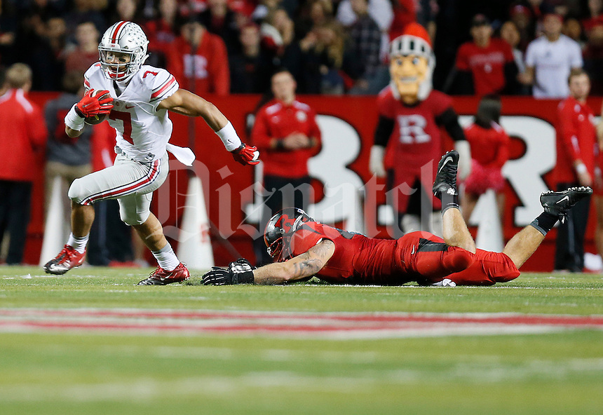 Ohio State Buckeyes wide receiver Jalin Marshall (7) dodges a tackle as he returns a kick during the college football game between the Rutgers Scarlet Knights and the Ohio State Buckeyes at High Point Solutions Stadium in Piscataway, NJ, Saturday night, October 24, 2015. The Ohio State Buckeyes defeated the Rutgers Scarlet Knights 49 - 7. (The Columbus Dispatch / Eamon Queeney)