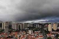 SAO PAULO, 18 DE JANEIRO 2012. CLIMA TEMPO. Ceu com nuvens escuras na regiao do bairro do Morumbi, zona sul de SP, na noite desta quarta-feira, 18. FOTO MILENE CARDOSO - NEWS FREE