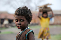 INDIA Jharkhand Dhanbad Jharia, children collect coal from coalfield to sell as coking coal on the market for the livelihood of her family / INDIEN Jharia, Kinder sammeln Kohle am Rande eines Kohletagebaus zum Verkauf als Koks auf dem Markt