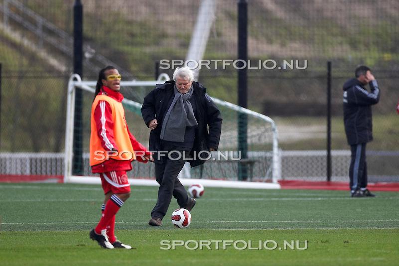Nederland, Amsterdam, 16 februari 2007. .Training eerste elftal Ajax  .Piet Keizer (m), ex-speler van Ajax en nu technisch adviseur bij Ajax neemt een bal aan op de training van het eerste efltal. Rechts Edgar davids