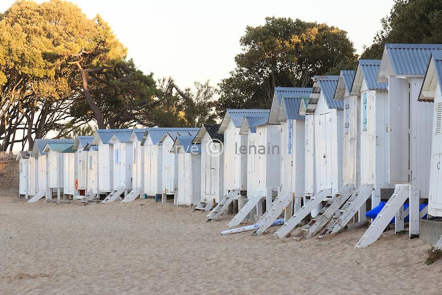 France, Vendée (85), île de Noirmoutier, Noirmoutier-en-lÎle, plage au Bois de la Chaize, alignement de cabanes de plage // France, Vendee, Island of Noirmoutier, Noirmoutier en lIle, beach at the Bois de la Chaize, alignment beach huts
