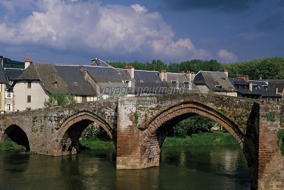 Europe/France/Auvergne/12/Aveyron/Espalion: Vieux pont sur le Lot ( XIIème) et vieilles maisons