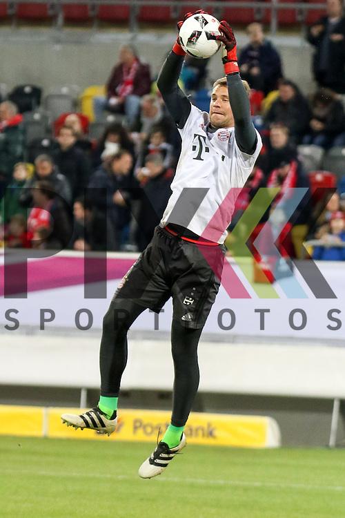 Muenchens Manuel Neuer (Nr.1) beim Warm Up beim Telecom Cup 2017 Fortuna D&uuml;sseldorf - Bayern M&uuml;nchen.<br /> <br /> Foto &copy; PIX-Sportfotos *** Foto ist honorarpflichtig! *** Auf Anfrage in hoeherer Qualitaet/Aufloesung. Belegexemplar erbeten. Veroeffentlichung ausschliesslich fuer journalistisch-publizistische Zwecke. For editorial use only.