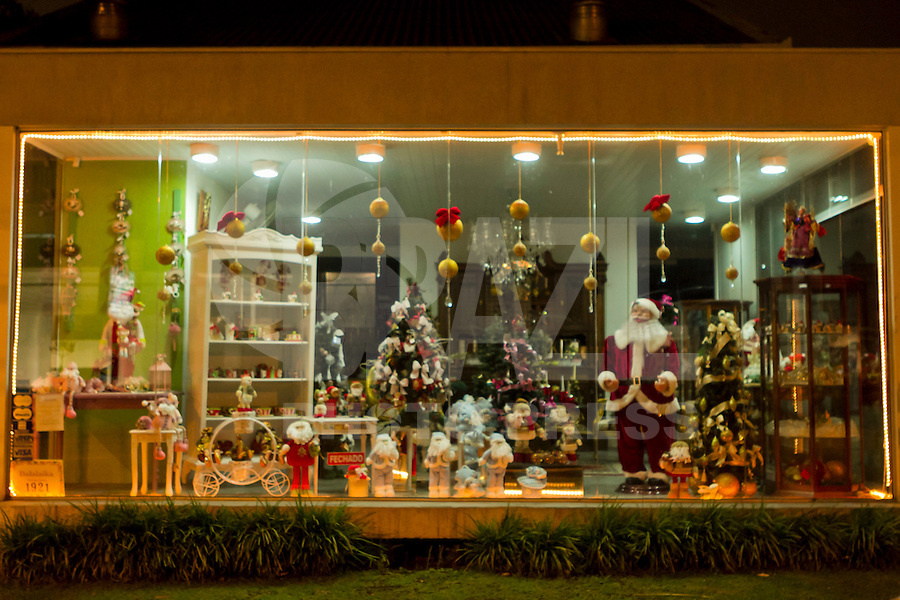 CURITIBA, PR, 31 DE OUTUBRO 2011 &ndash; DECORA&Ccedil;&Atilde;O NATALINA &ndash; As ruas de Curitiba come&ccedil;am a ficarem mais iluminadas. Faltando mais de 50 dias para o natal, o com&eacute;rcio curitibano j&aacute; come&ccedil;ou a enfeitar as suas lojas com motivos natalinos.<br /> (FOTO: ROBERTO DZIURA JR./ NEWS FREE)