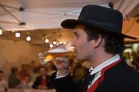 Europe/France/Alsace/67/Bas-Rhin/ Marlenheim: lors  de la Fête du Mariage de l'Ami Fritz homme en costume traditionnel buvant de la bière