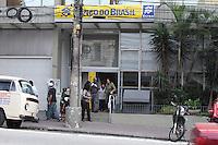 SAO PAULO, SP, 07.05.2014 - ACIDENTE / QUEDA ELEVADOR - Uma queda de elavador dentro do Banco do Brasil na Avenida Lins de Vasconcelos 1190 na Vila Mariana deixou tres pessoas feridas levemente, elas foram encaminhadas ao Hospital proximo da região. (Foto: Carlos Pessuto / Brazil Photo Press )