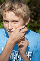 Ringelnatter, Kind, Junge mit einer harmlosen Schlange, Ringel-Natter, Natter, Natrix natrix, Grass Snake, Couleuvre á collier