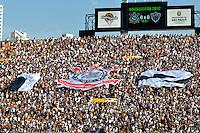 SÃO PAULO, SP, 02 SETEMBRO DE 2012 - CAMPEONATO BRASILEIRO - CORINTHIANS x ATLÉTICO MINEIRO: Faixa comemorativa de aniversario do Corinthians durante partida Corinthians x Atlético Mineiro,  válida pela 20ª rodada do Campeonato Brasileiro de 2012, em partida disputada no Estádio do Pacaembu em São Paulo. FOTO: LEVI BIANCO - BRAZIL PHOTO PRESS