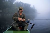 Europe/France/Midi-Pyrénées/46/Lot/Souillac: Pêche sur la Dordogne avec J-P Malgouyat dans le brouillard - AUTORISATION N°A5<br /> PHOTO D'ARCHIVES // ARCHIVAL IMAGES<br /> FRANCE 1990