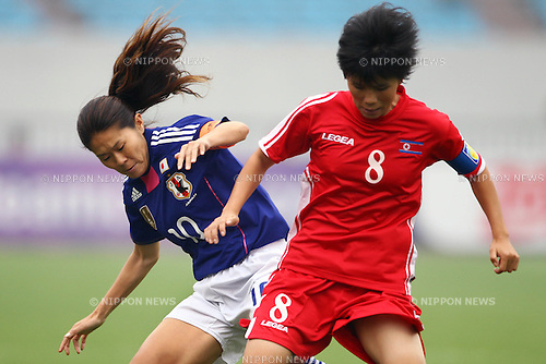 (L to R) Homare Sawa (JPN), Jo Yun Mi (PRK), September 8, 2011 - Football / Soccer : Women's Asian Football Qualifiers Final Round for London Olympic Match between Japan 1-1 North Korea at Shandong Provincial Stadium, Jinan, China. (Photo by Daiju Kitamura/AFLO SPORT) [1045]
