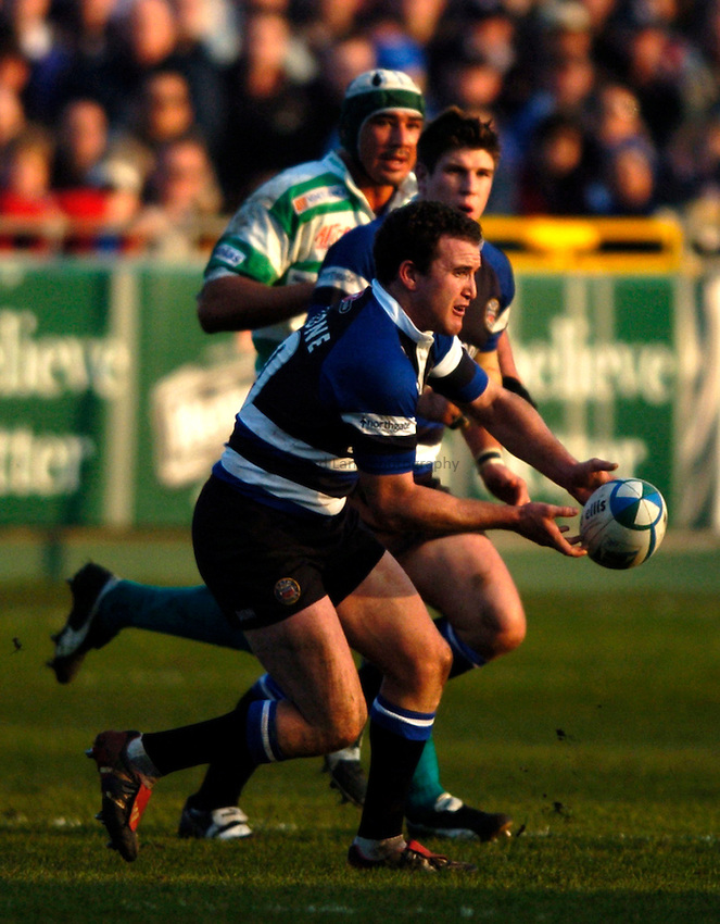 Photo: Richard Lane..Bath Rugby v Benetton Treviso. Heineken Cup. 11/12/2004..Chris Malone passes.