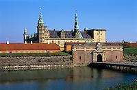 Denmark, Zealand, Helsingor also known as Elsinore: Kronborg Castle, view over moat to castle used as setting for Shakespeares' Hamlet | Daenemark, Insel Seeland, Helsingoer: Schloss Kronborg mit Wassergraben, William Shakespeare verlegte für Hamlet den Ort des Geschehens nach Schloss Kronborg