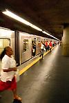 Pessoas desembarcando do trem do metrô na plataforma da estação Sé.