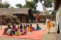 INDIA, Westbengal, LWS project education and alphabetization for Dalit and Adivasi women in rural areas / Indien Westbengalen , Lutherischer Weltbund Indien foerdert Projekte zur Bildung u. laendlichen Entwicklung fuer Adivasi und Dalits , Erwachsenenbildung im Dorf Sukna