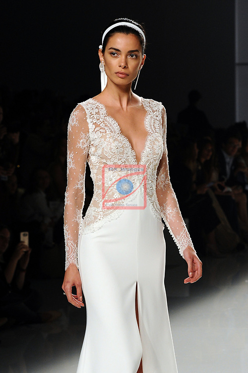 Barcelona Bridal Fashion Week 2017.<br /> Desfile Rosa Clara.<br /> Joana Sanz.