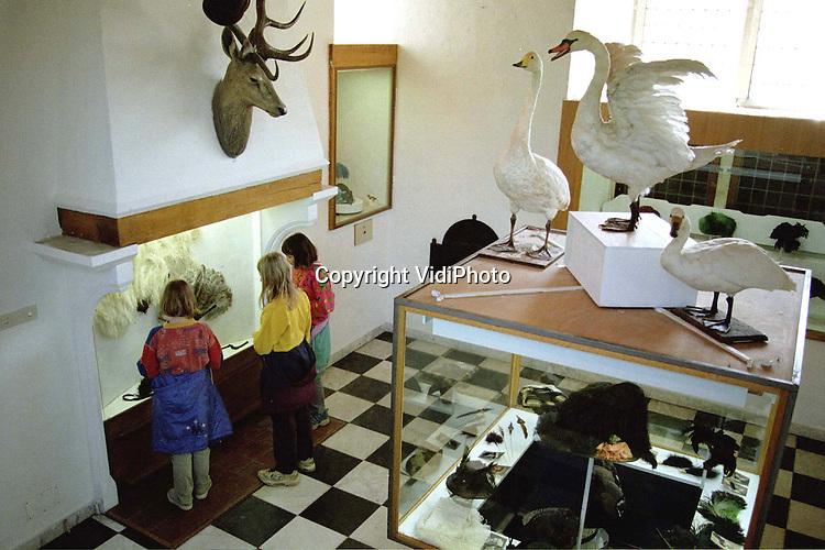 Foto: VidiPhoto..DOORWERTH - Ter gelegenheid van het 100-jarig bestaan van Vogelbescherming Nederland is er tot eind mei in het Museum voor Natuur- en Wildbeheer in Doorwerth (kasteel Doorwerth) een expositie over deze natuurorganisatie. Vooral scholen tonen veel belangstelling voor de tentoonstelling. De vogelbescherming werd een eeuw geleden opgericht door een aantal vrouwen die protesteerden tegen het dragen van hoeden met daarop soms hele vogels (sterntjes). Hoeden met veren van zeldzame vogels .waren toen mode in vooral de welgestelde kringen......