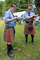Deux juges ecossais en tenue notaient les epreuves