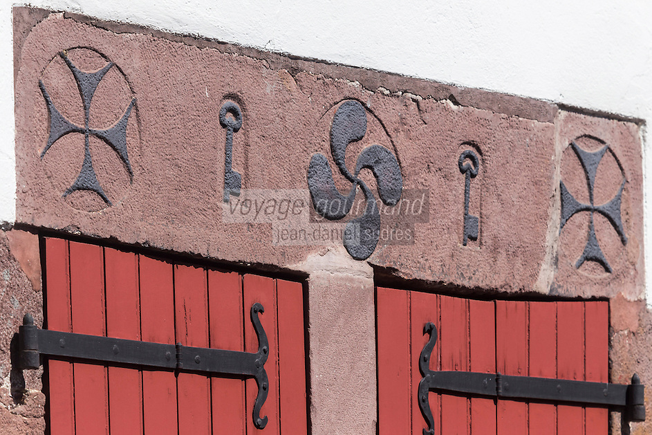 France, Pyrénées-Atlantiques (64), Pays-Basque, Saint-Jean-Pied-de-Port, rue de la citadelle,  les linteaux de porte ciselés arborent, entre des motifs décoratifs, le nom de la maison, la date de sa construction, le nom des premiers propriétaires et parfois même leur profession // France, Pyrenees Atlantiques, Basque Country, Saint Jean Pied de Port, rue de la citadelle, carved lintels feature, among decorative patterns, the name of the house, the date of its construction, the name of the first owners and sometimes even their profession